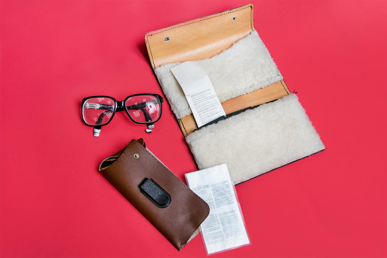 Kacamata agen CIA Gennady Smetanin yang dilengkapi dengan botol racun dan tas perjalanan/memancing agen FBI dan CIA Dmitry Polyakov dengan kantong rahasia. Sumber: Ilya Ogarev