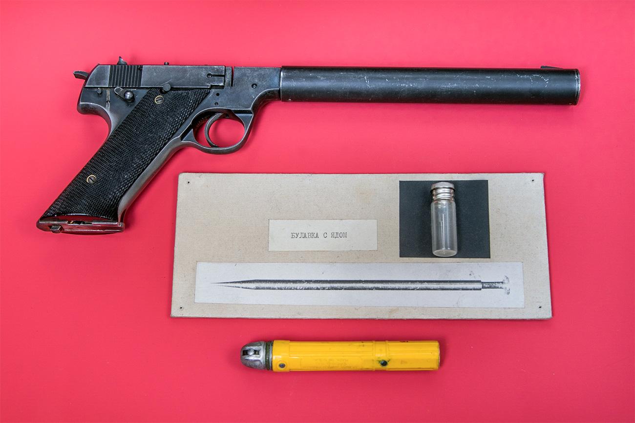 Jarum beracun, senter, dan pistol dengan peredam milik pilot mata-mata Amerika Francis Powers. Sumber: Ilya Ogarev