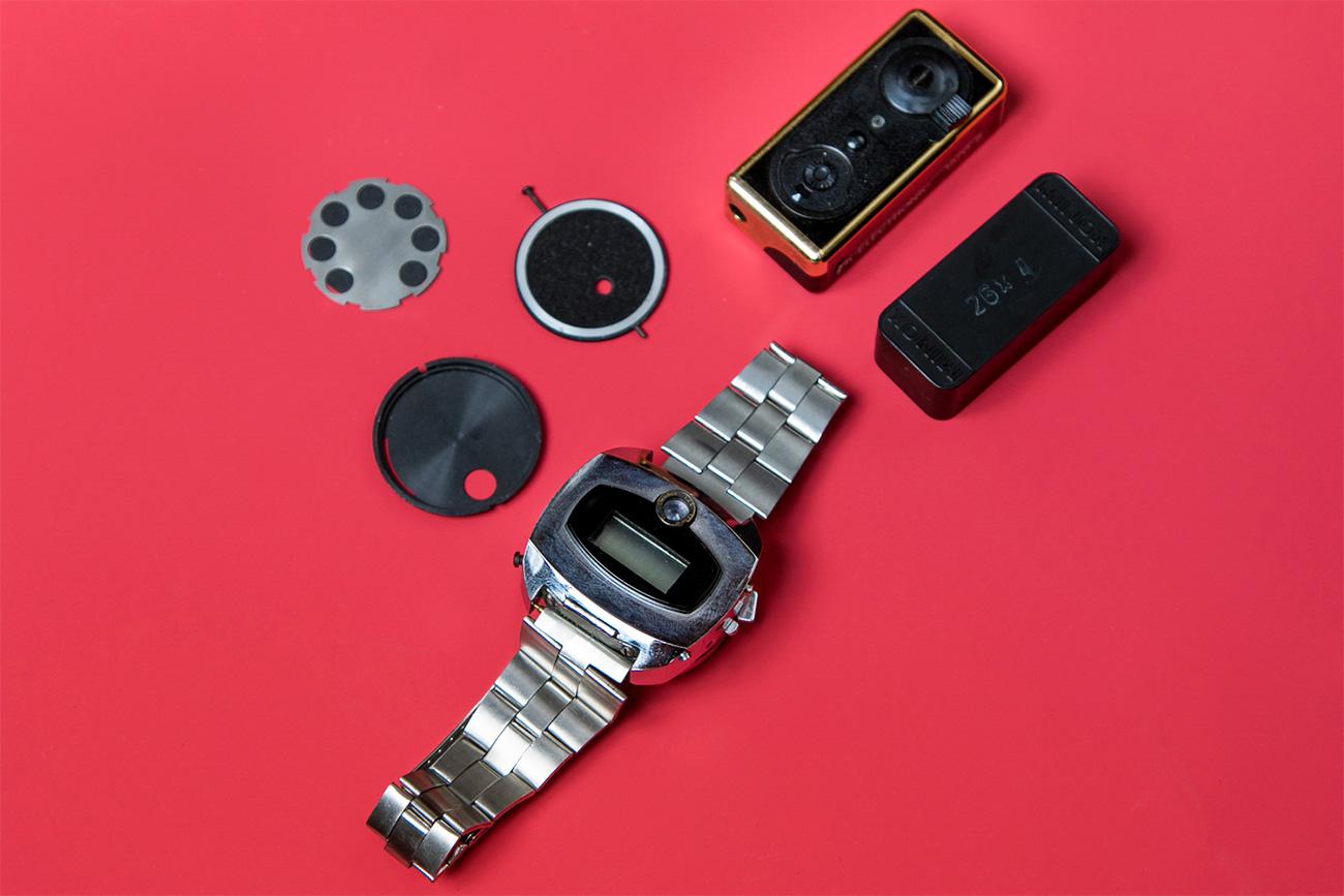 Kamera yang ditanam pada jam tangan dan pemantik. Sumber: Ilya Ogarev