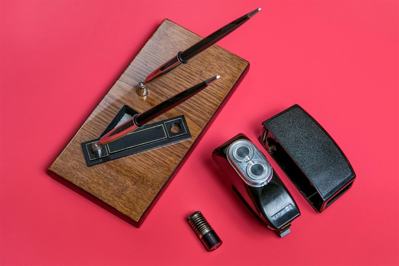 Tempat dudukan pena dan alat cukur bisa dijadikan alat mata-mata. Sumber: Ilya Ogarev