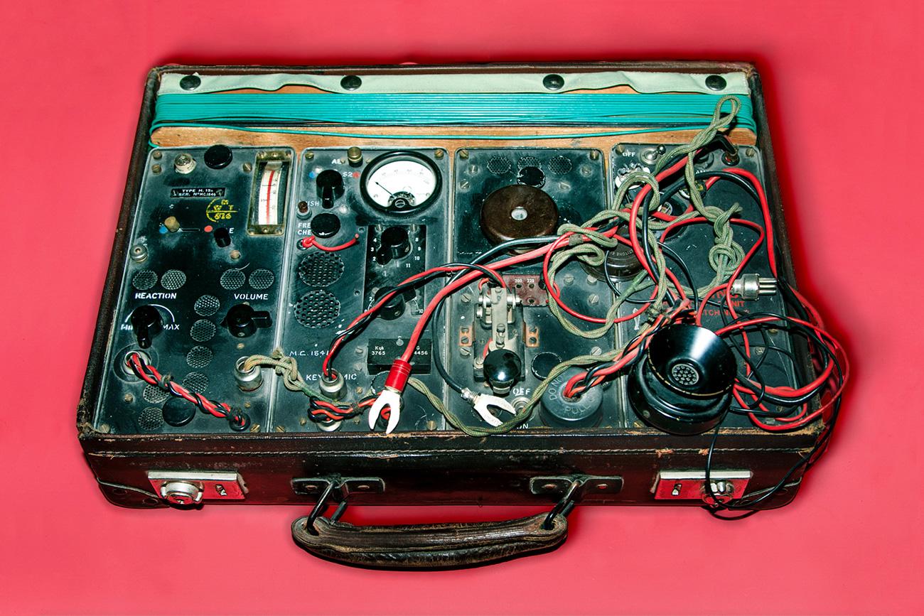 Sebuah walkie talkie yang disembunyikan dalam koper. Sumber: Ilya Ogarev