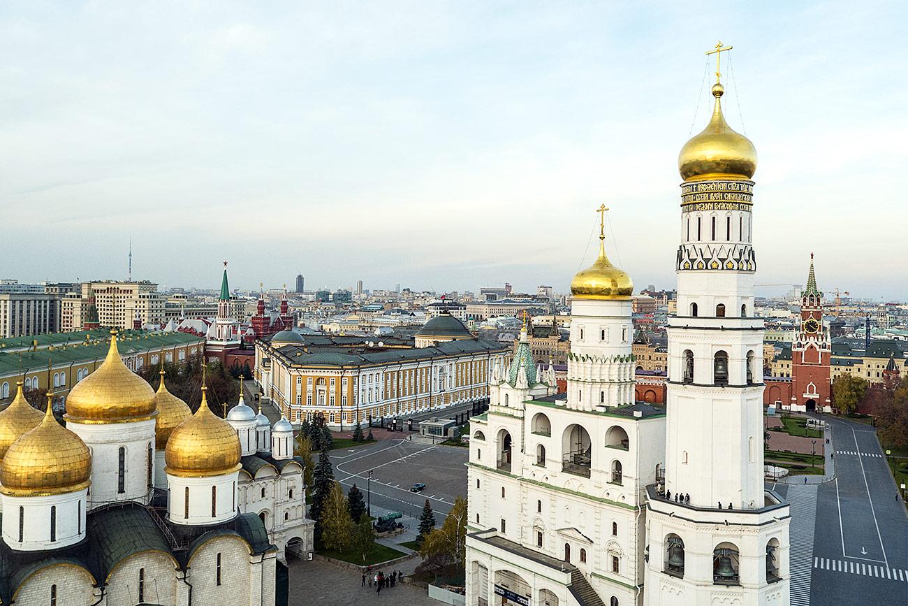 Z leve proti desni: Uspenska katedrala, stavba Senata in zvonik Ivana Velikega v moskovskem Kremlju. Vir: Aleksej Družinin, Anton Denisov, Informacijska služba ruskega predsednika