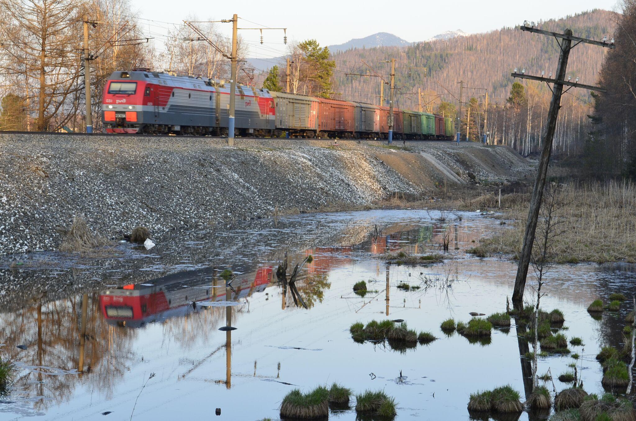 Vozni red železniškega prometa med veliki mesti je v neredu. Poleg rednih potniških linij je tudi veliko tovornih vlakov. Vir: Peggy Loshe