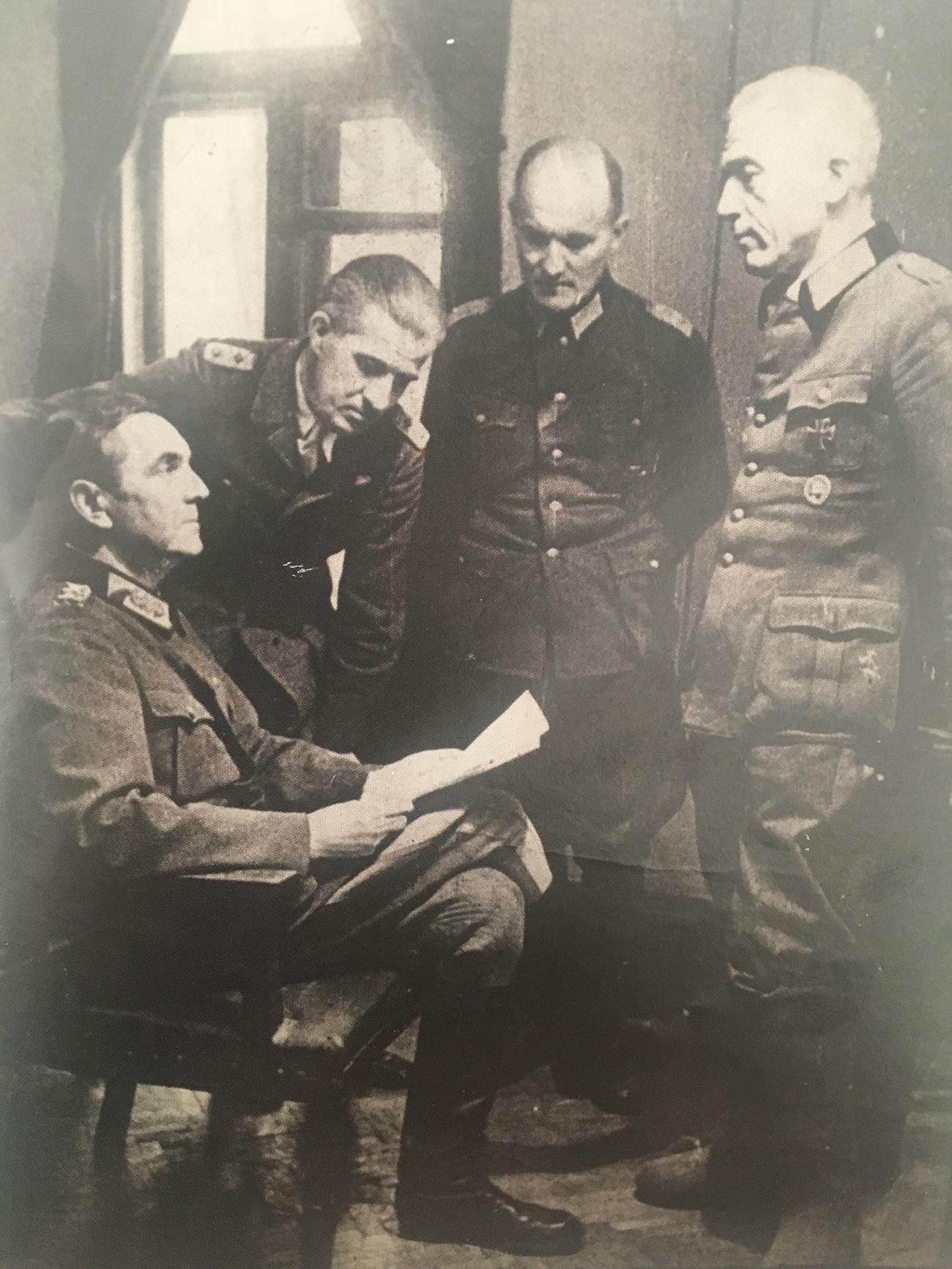 "Paulus bere izjavo ""Svobodne Nemčije"". Pred njim stoji Seydlitz. 14. avgust 1944. / Arhivska fotografija"