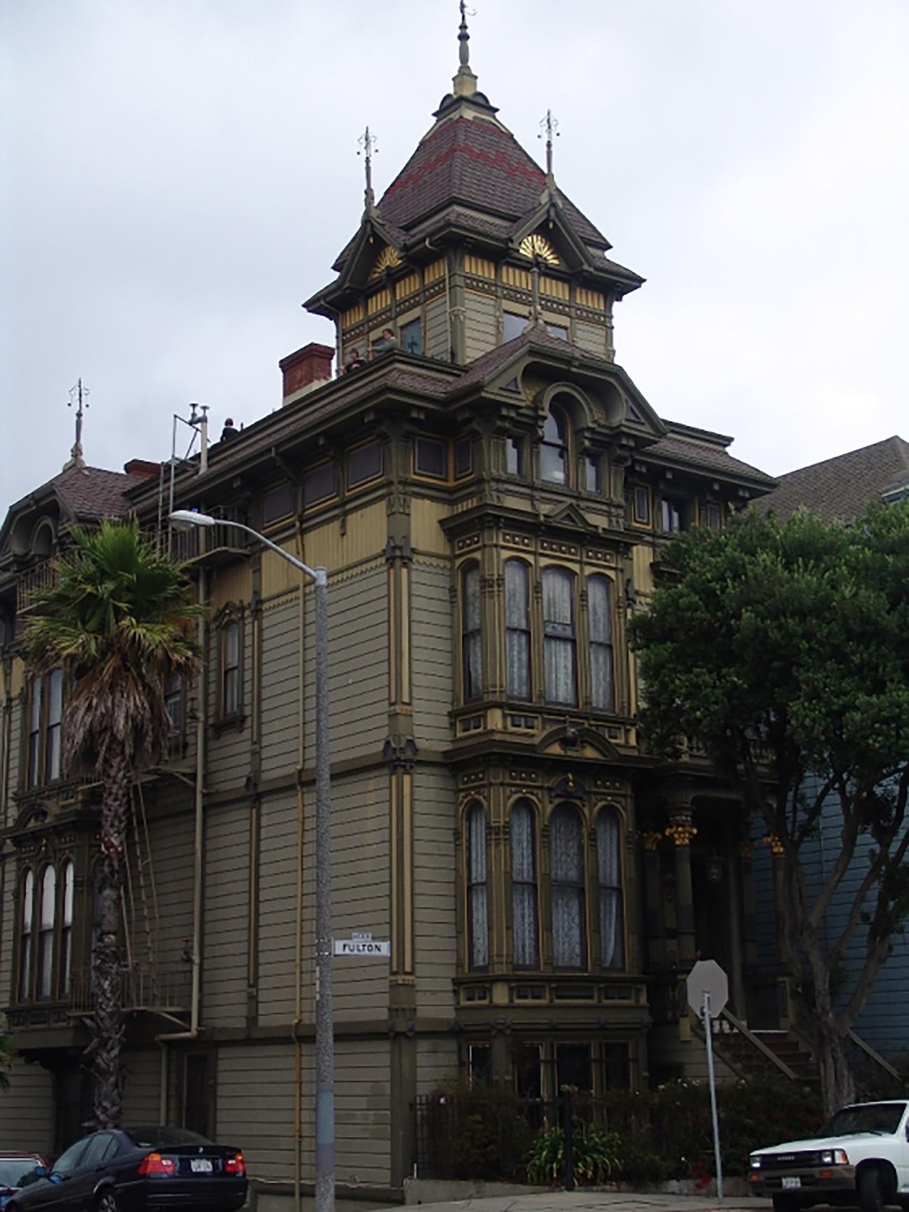 Првобитна зграда конзулата личила је на троспратну палату са малом надоградњом на врху. По дрвеном дизајну се могло видети да је руског порекла. Извор: kdmid.ru