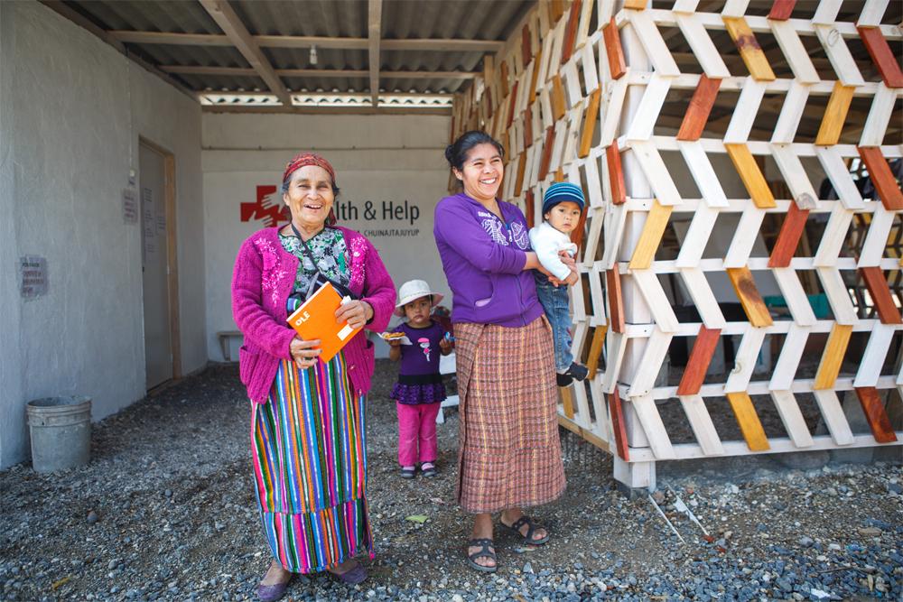Las pacientes indígenas salen de la clínica. Fuente: Archivo personal