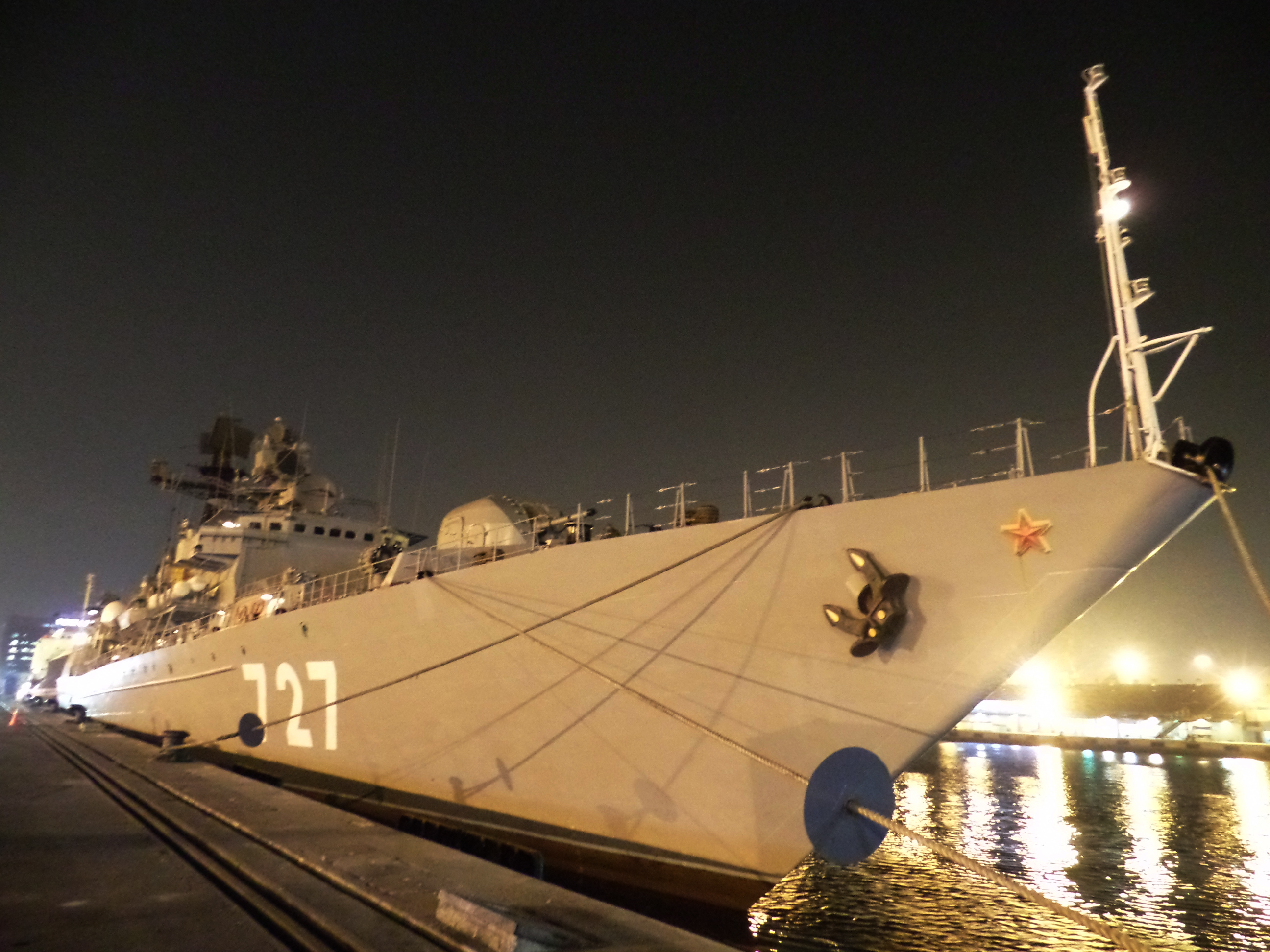 "Fregat Armada Baltik Angkatan Laut Rusia ""Yaroslav Mudry"" (727) berlabuh di pelabuhan Tanjung Priok, Jakarta, Indonesia. Kapal perang ini tiba di Jakarta pada tanggal 5 November 2014 dalam rangka menghadiri rangkaian acara INDO Defence 2014 Expo & Forum yang digelar di Jakarta, 5-8 November 2014."