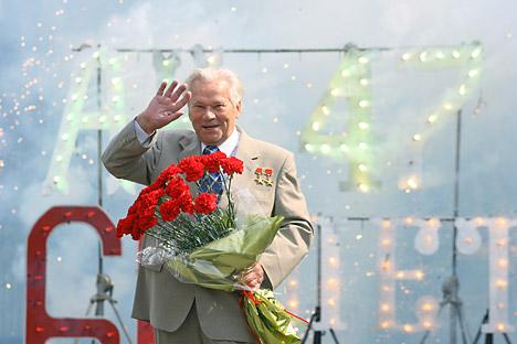 Mihail Kalašnikov na proslavi 60-letnice obstoja AK-47. Vir: RIA Novosti.