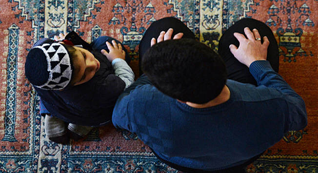Seorang pria dengan seorang anak di Masjid Khan, Bakhchisarai.