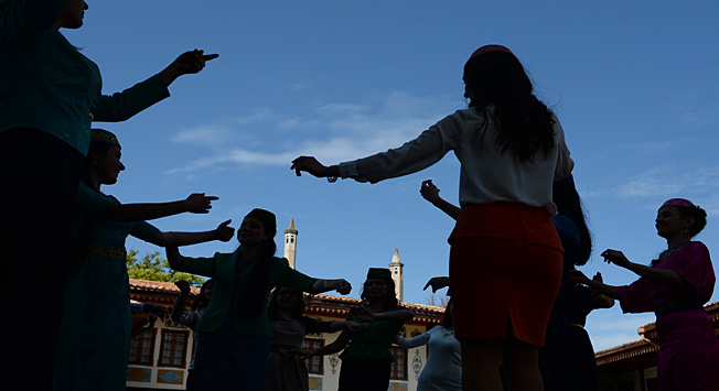 Sekelompok perempuan menampilkan tarian tradisional Tatar Krimea di halaman Istana Khan di Bakhchisarai.