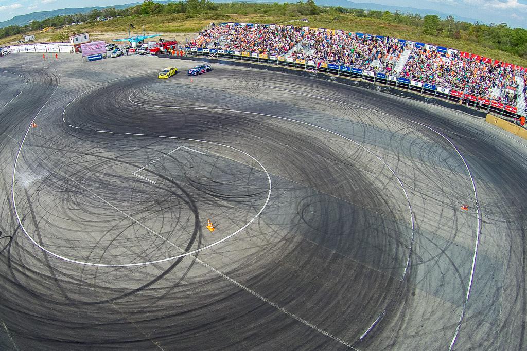 ロシア、日本、中国、タイのレーサーが、スポーツ・技術複合施設「沿海リング」で開催された国際ドリフト大会で競う。2014年9月21日