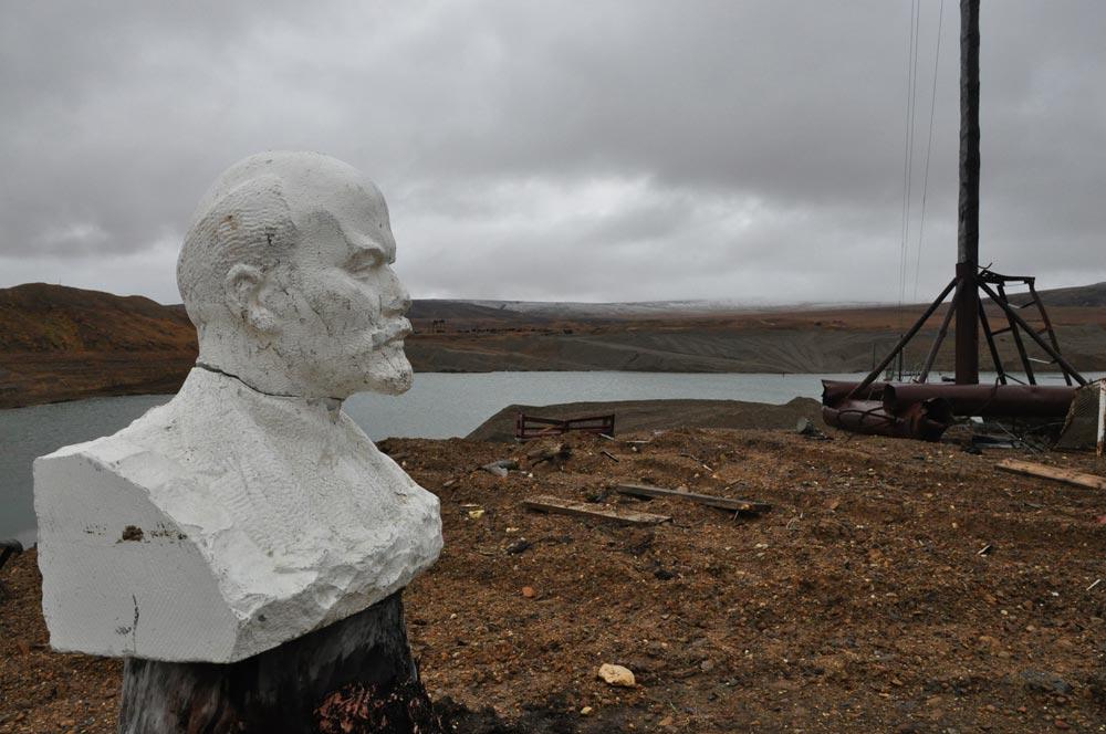 Un busto di gesso di Lenin sorveglia il panorama desolato della Chukotka