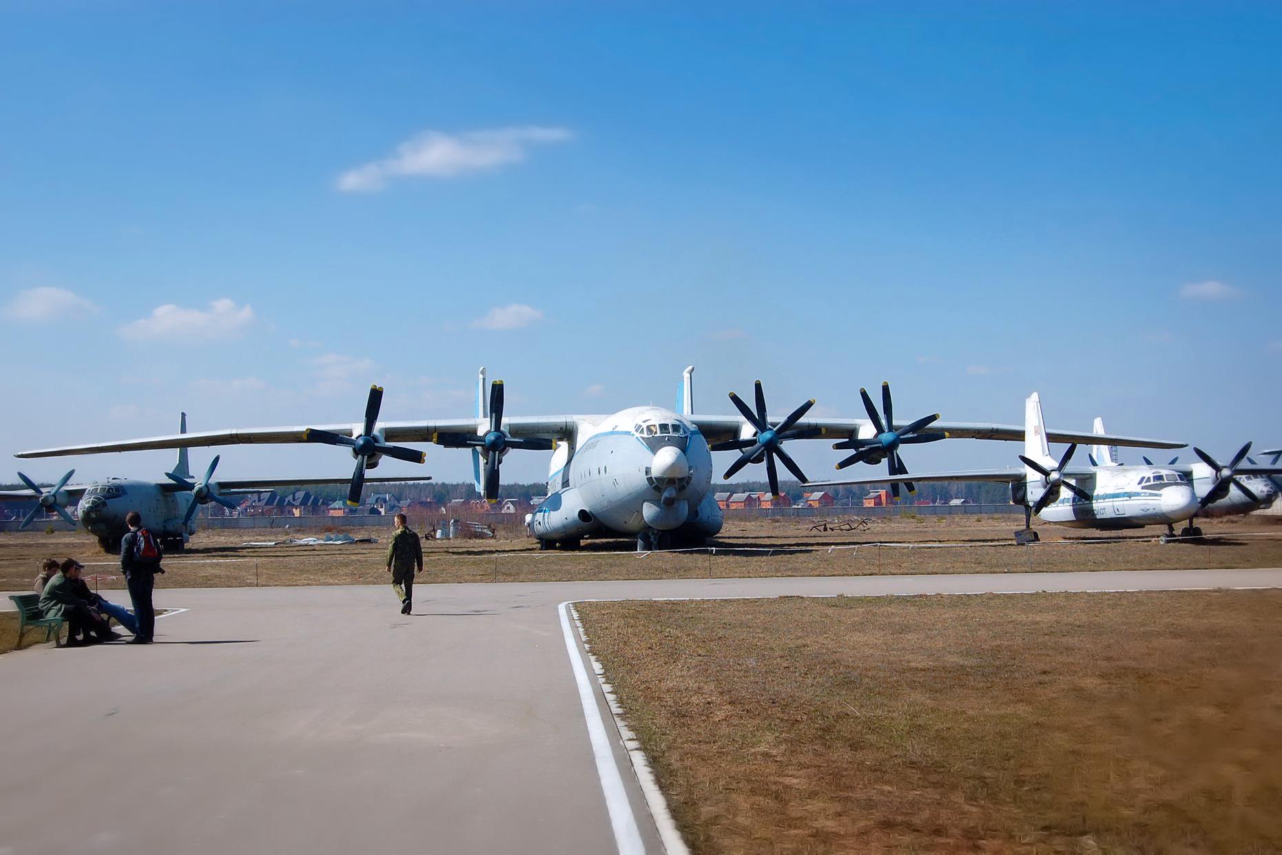 1955年につくられたソビエト旅客機のAN-10A