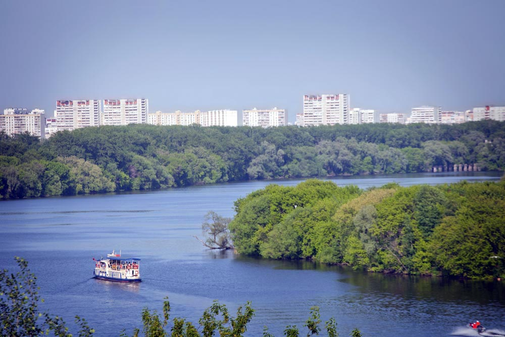 The 390 hectare scenic area which overlooks the steep banks of the Moskva River became a part of Moscow in the 1960s.
