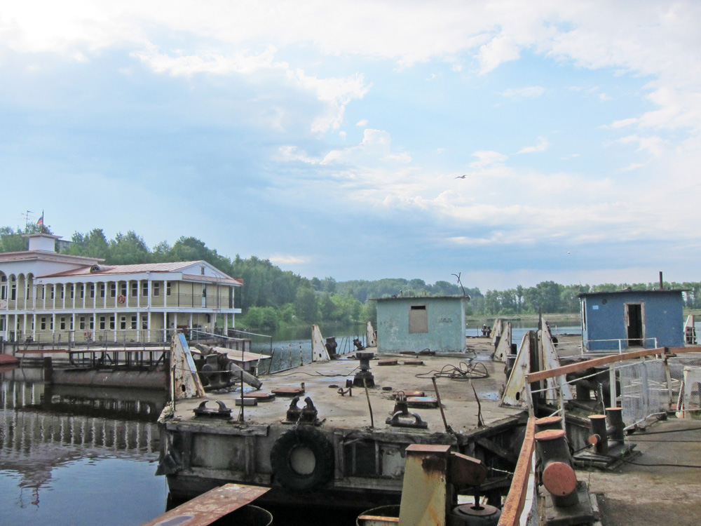 The cruise passes through many old docks and river ports.
