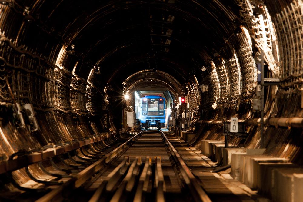 偶然使用中の地下鉄路線に遭遇するものは驚愕する。