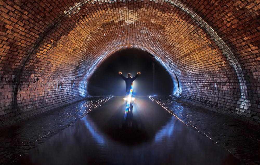 Exploradores destemidos – mestres do subterrâneo – seguem o sistema de esgoto para acessar o mundo perdido.