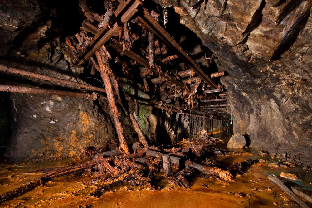 Os perigos do subterrâneo: buracos enormes entre as estruturas, cabos de energia e trilhos com alta voltagem – tirando os trens de verdade.