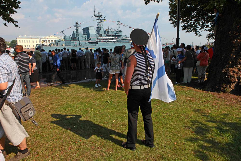 No total, mais de 170 navios e submarinos, 150 veículos e mais de 15 mil recrutas estiveram envolvidos em diferentes eventos dedicados ao Dia da Marinha na Rússia.