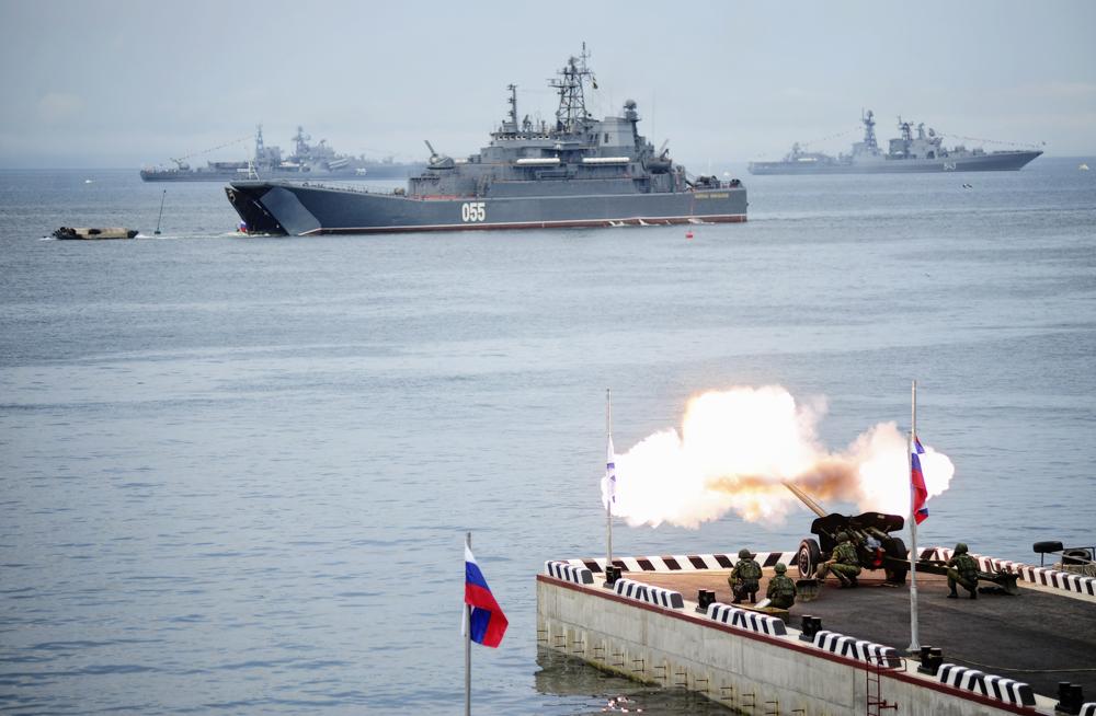 Бродови на Црноморската и Северната флота во текот на поморската парада во Балтијск.