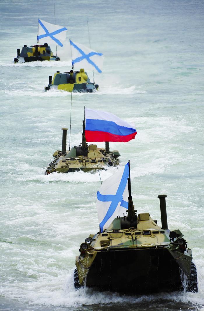 Baltska flota med parado v Severomorsku, glavni bazi severne flote.