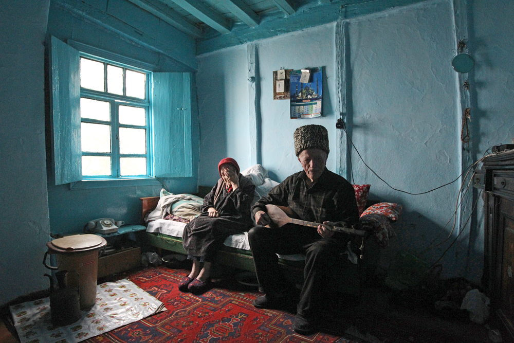 Daghestani custom is shown, in particular, with regard to respecting one's elders. In accordance with the adat (law), younger siblings do not get married before their elders.