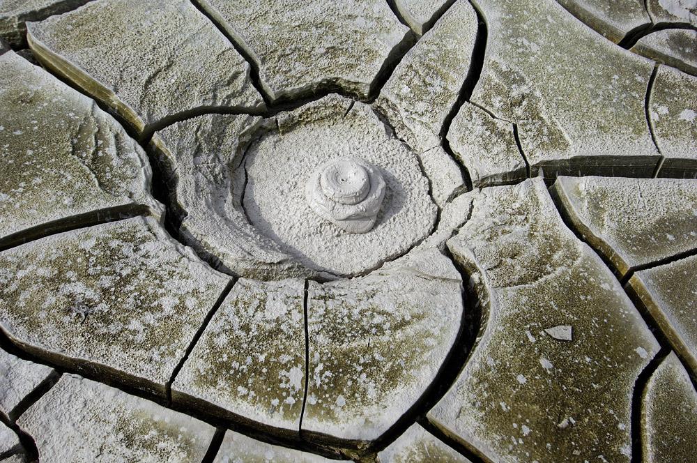 """Debido a su duro clima y a su mezcla de volcanes y géisers, es descrita frecuentemente como """"La tierra de fuego y hielo""""."""