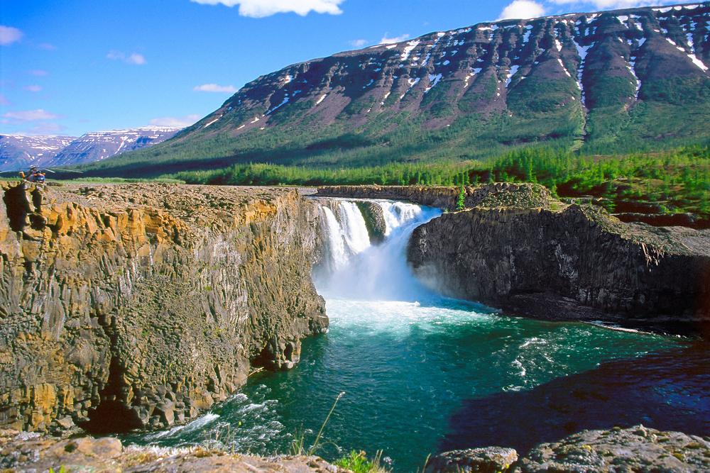 La meseta de Putorana  ...... es una enorme meseta de basalto, apenas tocada por la civilización, que se extiende desde el norte de la Siberia oriental hasta el norte del Círculo Polar. El área contiene algunos de los yacimientos conocidos de níquel más grandes del mundo. En julio de 2010, la reserva de Putorana fue declarada Patrimonio de la Humanidad, como un conjunto completo de ecosistemas árticos y subárticos en un área montañosa aislada, incluyendo taiga virgen, bosque de tundra, sistemas desérticos de tundra y ártico, además de ecosistemas intactos de ríos y lagos de agua fría.