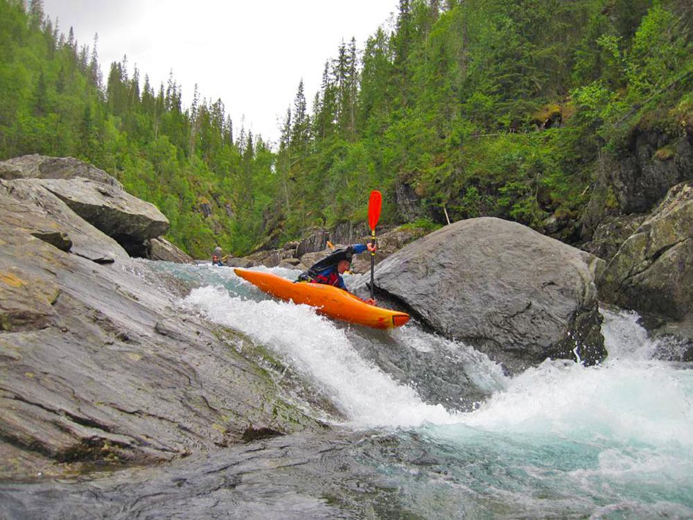 El 'kayaking' es una verdadera filosofía, que ha inaugurado una nueva era de turismo y acampada en cuencas hidrológicas, en los sitios más pintorescos de Rusia.