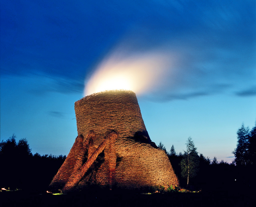 双曲線型冷却塔アーティストは、棒と枝を編んだ巨大な塔をニコラ・レニヴェツに作った。光と煙が出るが、環境には悪くない。産業が環境により吸収されているのを見ることができる。