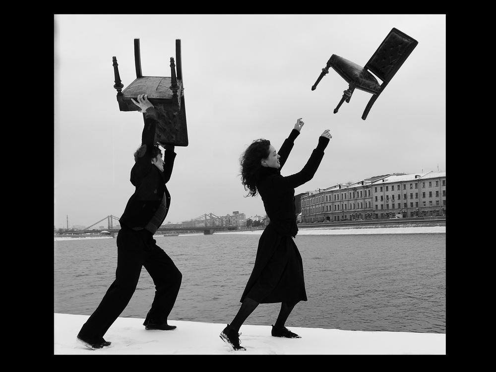 """""""In quel momento stavo lavorando piuttosto assiduamente con il famoso scrittore, drammaturgo e interprete Evgeny Grishkovets. Così è nata l'idea di girare un videoclip su una delle sue composizioni Kissms dove comparivo di nuovo in qualità di regista e direttore della fotografia. Non c'era un copione preliminare vero e proprio. Così le fotografie hanno ripreso nuova vita anche nel formato video"""", racconta Petr"""