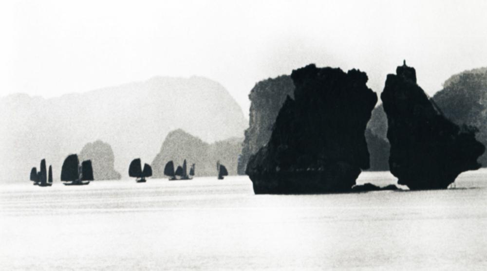 """Baía de Ha Long, a oitava maravilha do mundo. Vietnã. 1955.A maioria de suas imagens de guerra só vieram à luz durante o """"degelo"""" de Khruschov. A famosa imagem """"Luto"""", que lhe proporcionou fama mundial, foi impressa pela primeira vez na União Soviética em 1975, 30 anos depois de tirada."""