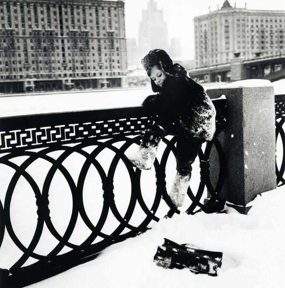 """Da série """"Kolja vive em Moscou"""". 1960.Ao voltar da frente de guerra como um veterano cheio de medalhas, com milhares de negativos e centenas de trabalhos impressos, Dmítri Baltermants ficou um bom tempo procurando emprego em vão."""