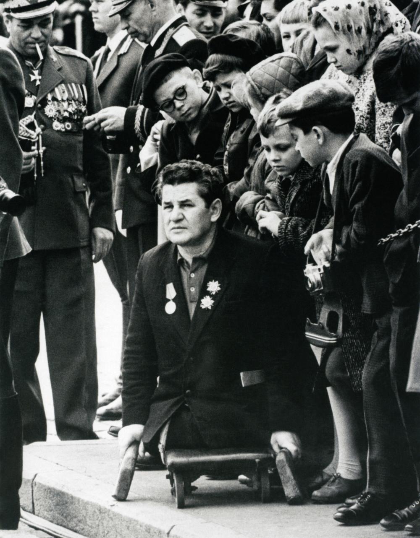 Era a guerra ... 9 de maio, 1970.Baltermants era bom em retratar a frente de guerra em fotos encenadas ou semiencenadas, destacando os trabalhos heroicos e conquistas do povo soviético, mas também em fazer fotos de paisagens e retratos.