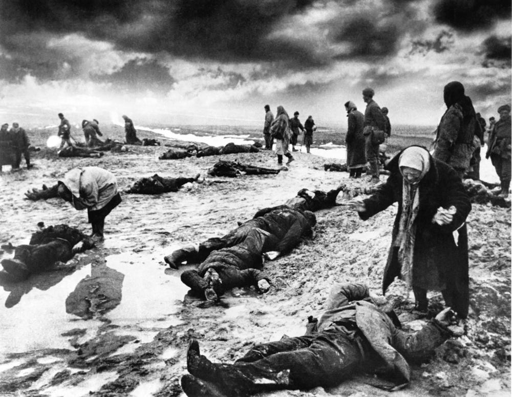 """Tristeza. Da série """"Assim era ..."""" Kertch. Janeiro de 1942. O fotógrafo foi enviado para registrar a chegada das tropas soviéticas à Ucrânia Ocidental. O resultado foi tão impressionante que ele logo recebeu uma proposta para assumir o cargo de fotógrafo no maior e mais influente jornal soviético."""