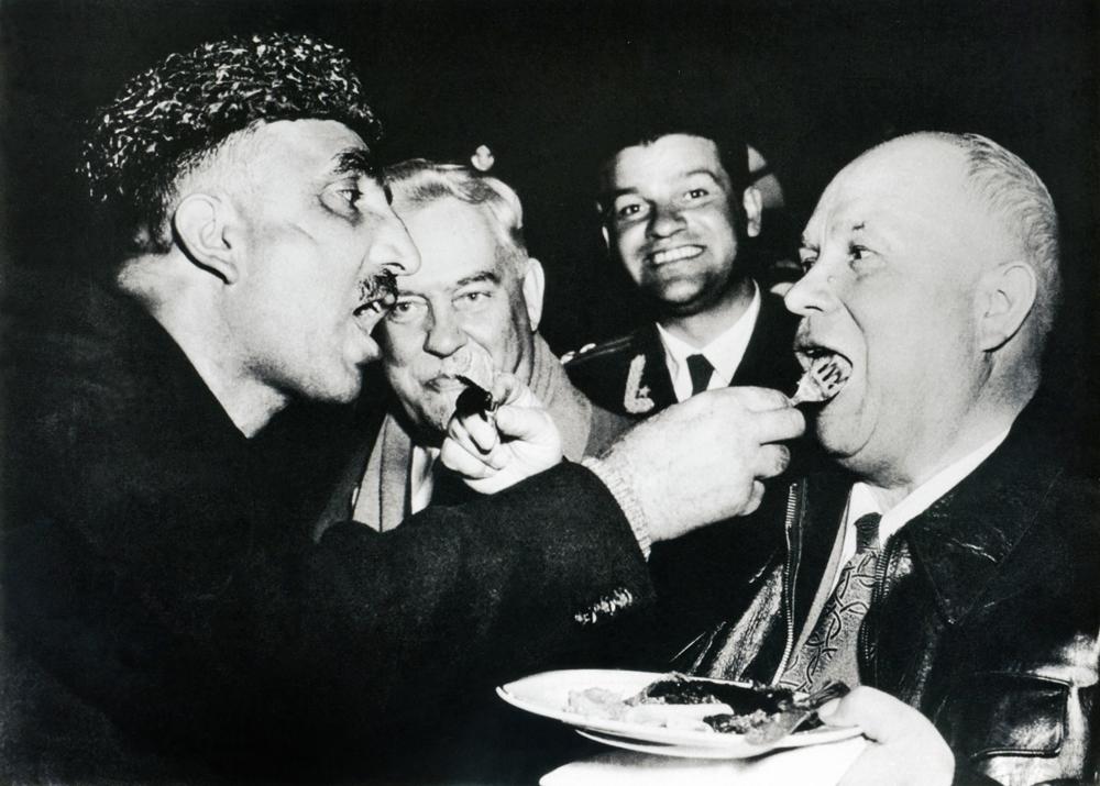 Alimentação mútua (Nikita Khruschov em visita à Índia). 1956.Com seus primeiros trabalhos como fotógrafo profissional, Dmítri Baltermants atendeu com sucesso às exigências dos novos tempos. Bem atrás dele, no entanto, estava o grande período da vanguarda soviética, representado por Aleksandr Rodtchenko, Vladímir Maiakóvski, Vsevolod Meyerhold, Serguêi Eisenstein, entre outros.