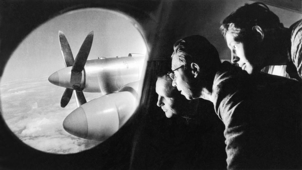 """Sem título. 1960.Ele foi """"salvo"""" por uma lesão grave que quase o deixou sem perna. Após o tratamento hospitalar, Baltermants voltou para a frente de guerra como fotógrafo em 1944. No entanto, não trabalhava mais para o """"Izvêstia"""", mas em um jornal do exército chamado """"Na razgrom vraga"""", para o qual fotografava operações militares na Polônia e na Alemanha."""
