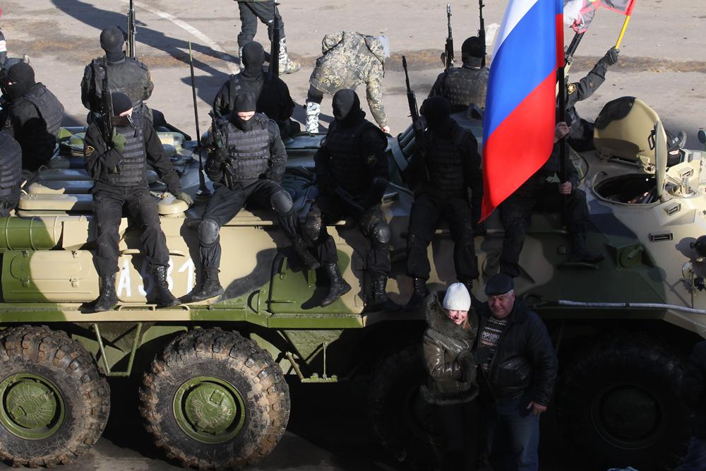 Este ano, os organizadores do demonstração permitiram que o público presente tivesse acesso aos veículos de combate que minutos antes estavam correndo e atirando.