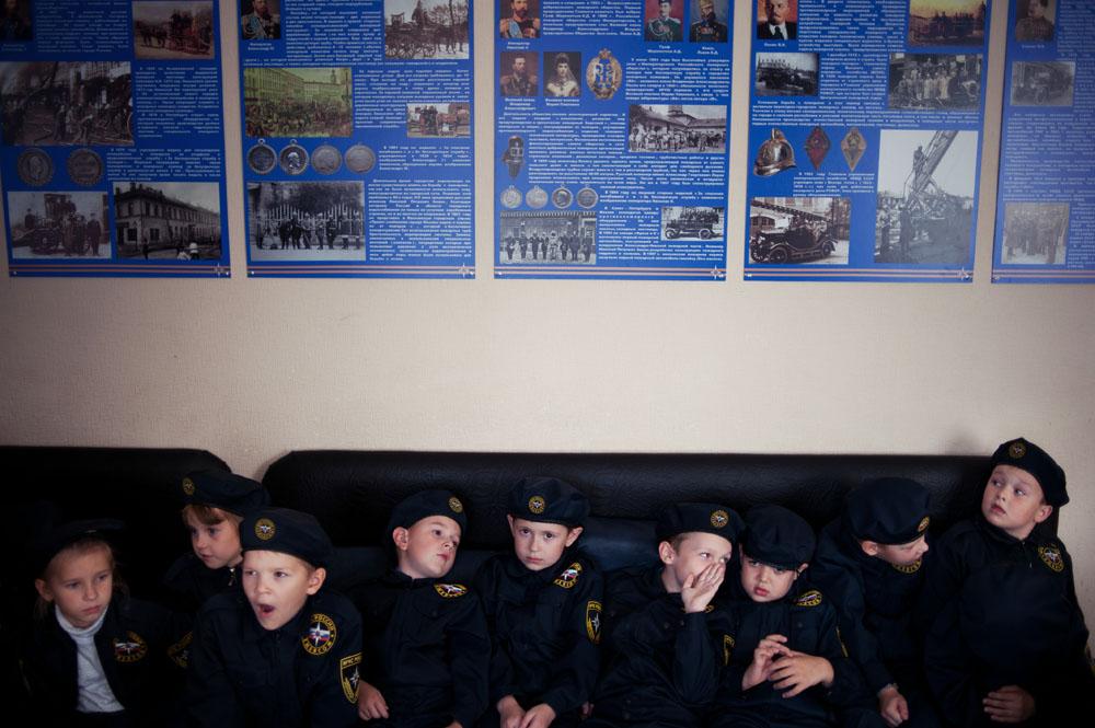 """Alumnos de la clase de cadetes 1A del ministerio de Emergencias ruso en la Escuela nº226 en una excursión a la Unidad Especial de Extinción de Incendios nº1 en el pueblo de Zarechni, región de Penza.  Los jóvenes cadetes de Penza ya han sido motivo de inspiración para el director polaco Piotr Stasik, cuya película """"El último día de verano"""" participa en el Festival Internacional de Documentales de Londres. La película retrata la Rusia contemporánea a través de los ojos de jóvenes alumnos de una escuela de cadetes. Siguiendo su rutina diaria, el espectador puede observar hasta qué punto la escuela influye en las vidas de los niños, cómo cambian sus personalidades, cuáles son sus sueños y sus esperanzas, la lentitud con la que entran en el mundo de los adultos y se despiden de la felicidad de la infancia."""