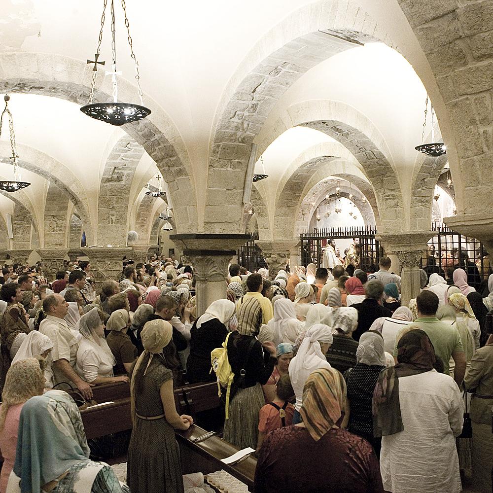 Un momento della liturgia ortodossa nella cripta della Cattedrale dove si trova la Tomba di San Nicola