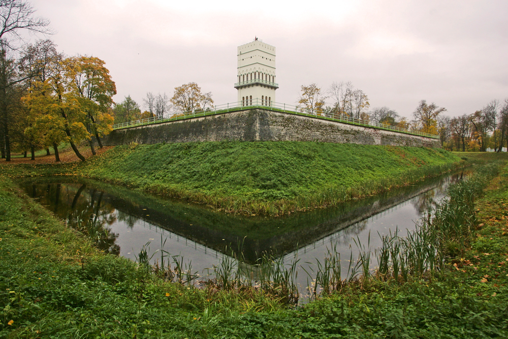 "The site includes the gate-ruins of two towers separated by a gateway, a ""dungeon"" 37.8 meters high, and a ditch and rampart, crowned by a brick parapet. During the Great Patriotic War, the White Tower was almost completely destroyed — only the lower floor was preserved. Restoration of the pavilion has been ongoing since the 1990s."