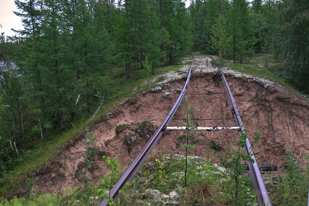 En dépit d'un environnement terriblement inhospitalier, le rythme de construction a augmenté. En 1947, 800 km des 1.500 km de rails prévus ont été posés.