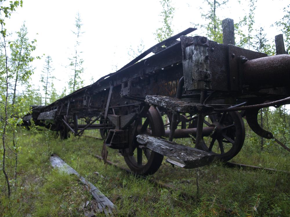 Locomotives renversées, baraques délabrées abritant les fantômes de milliers de détenus, remblais emportés par les eaux – aujourd'hui cette route stalinienne semble tirée d'un film d'horreur.