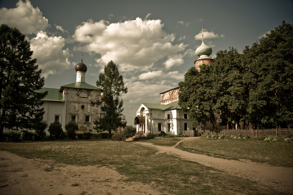 18 km from Rostov lies the settlement of Borisoglebsky. Its main attraction is the monastery, founded in honor of the first Russian saints, Prince Boris and Prince Gleb.