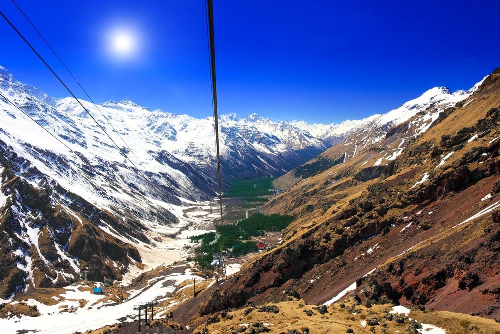 Situado no Cáucaso, o Monte Elbrus não é exatamente uma montanha, mas um estratovulcão (vulcão com formato de cone por causa do magma extravasado). Tem dois picos: o ocidental fica a uma altitude de 5642 metros, e o oriental, a 5621 metros. A última erupção data de 50 a.C. Por ser o ponto mais alto da Europa, o Elbrus foi palco de violentos combates durante a Grande Guerra Patriótica.