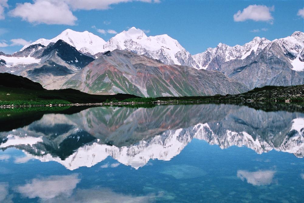 A Montanha Belukha, localizada na região de Ust-Koksinski da Cordilheira de Altai, é o ponto mais alto da Sibéria, atingindo 4,5 km. Os moradores locais reverenciam a Belukha como uma montanha sagrada.