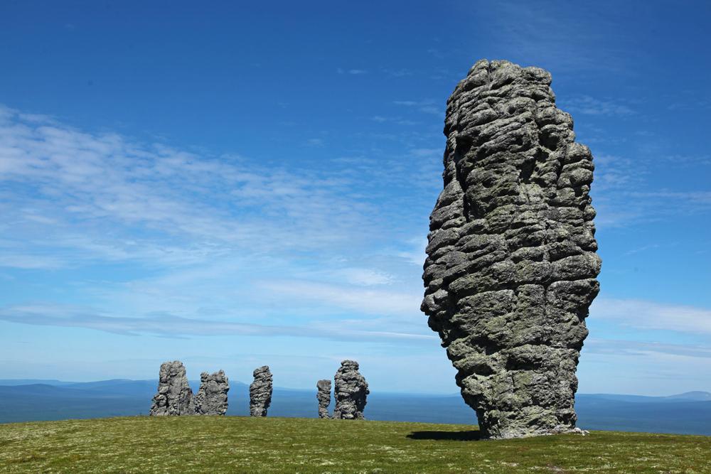 As gigantescas estátuas de pedra localizadas no planalto de Man-Pupu-Nier, em uma área remota da república de Komi, foram formadas pelo intemperismo seletivo das rochas circundantes. Com um total de sete colunas, cada uma com 30 a 40 metros de altura, o planalto Man-Pupu-Nier é um local muito popular entre os adeptos do turismo esportivo.