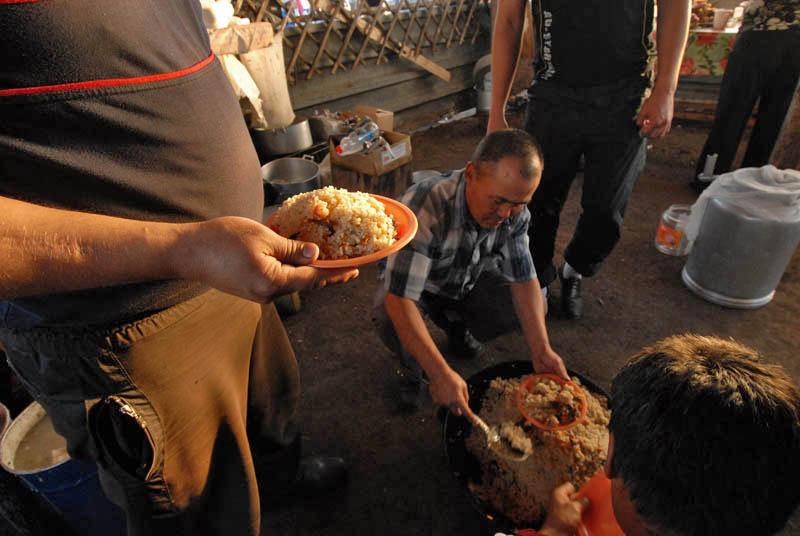 La nourriture savoureuse ne manque pas à Kyzyl. Les Touvains mangent beaucoup de viande, les végétariens pouvant donc y avoir quelques difficultés. L'araka est une vodka de lait, l'une des boissons nationales, qui vaut vraiment la peine d'être goûtée. La teneur en alcool est faible, à peine 20%.