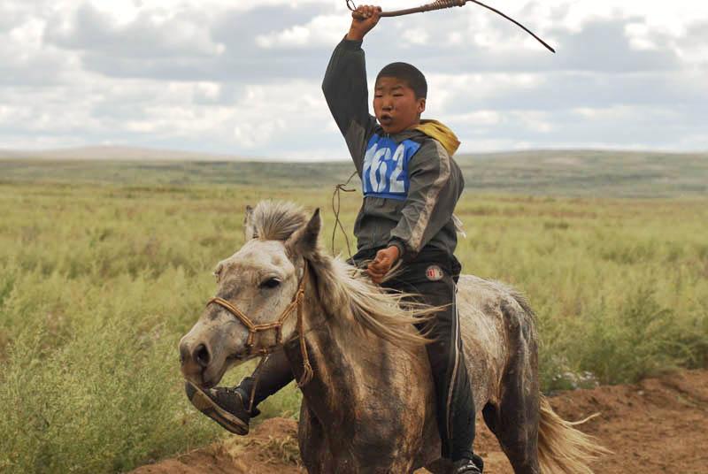 Les Touvains ont coutume de se reposer, de dormir, de manger et de boire à cheval – un nomade peut être à cheval de l'aube au crépuscule, ses pieds ne touchant le sol. Par ailleurs, la selle n'est pas obligatoire: beaucoup préfèrent monter à cru.
