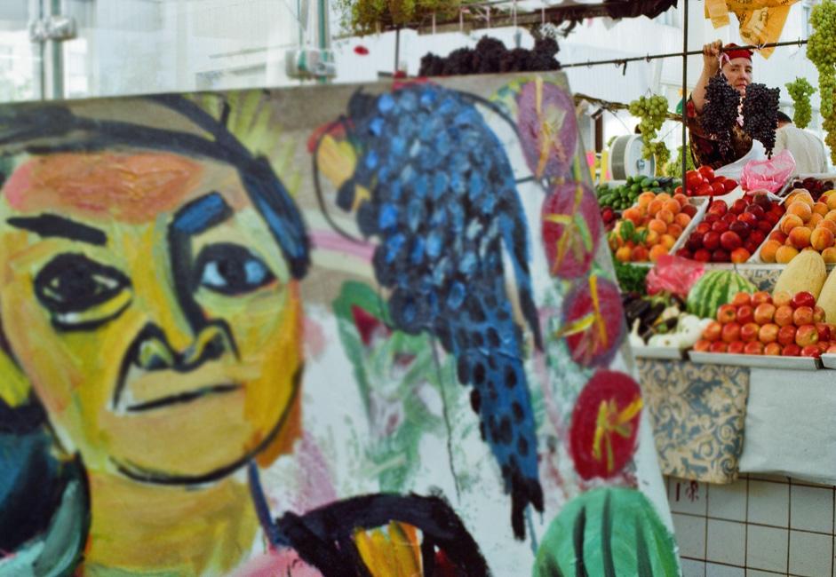 Les travailleurs migrants intéressent Evgenia depuis longtemps. En 2005, je suis allé à un marché en plein air bariolé pour dessiner. J'ai pensé que j'allais représenter un bel endroit où il y a des tas de fruits et de nombreuses couleurs vives.